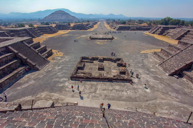 月のピラミッドから広大なティオティワカン遺跡をのぞむ