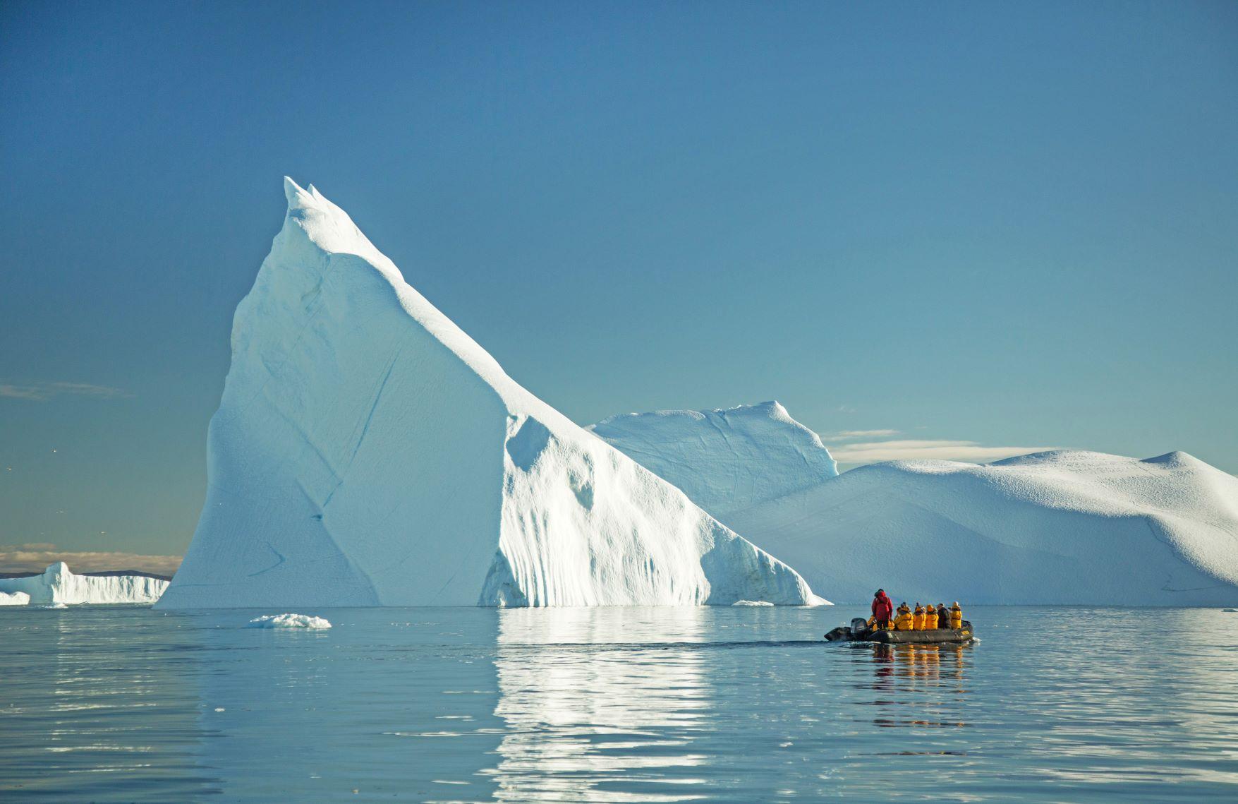 ゾディアッククルーズで巨大な氷山を観察