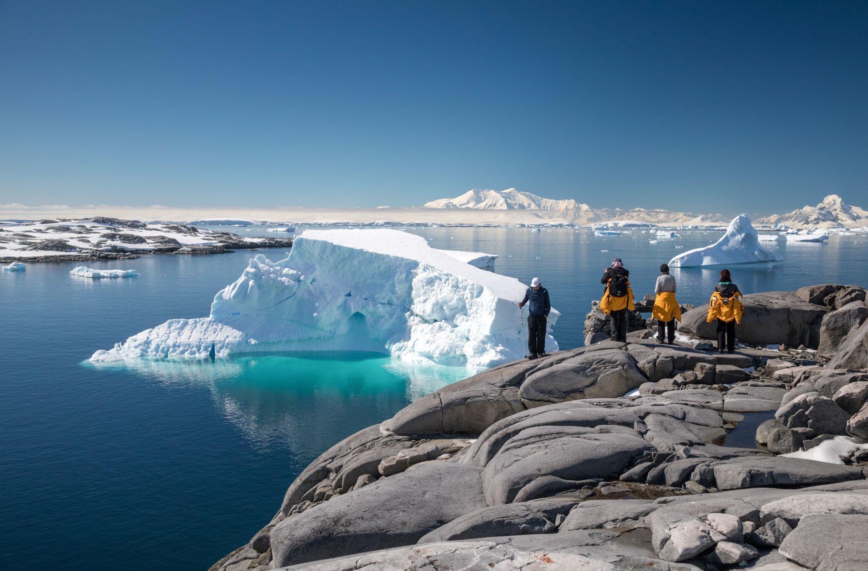 美しい氷山を眺める