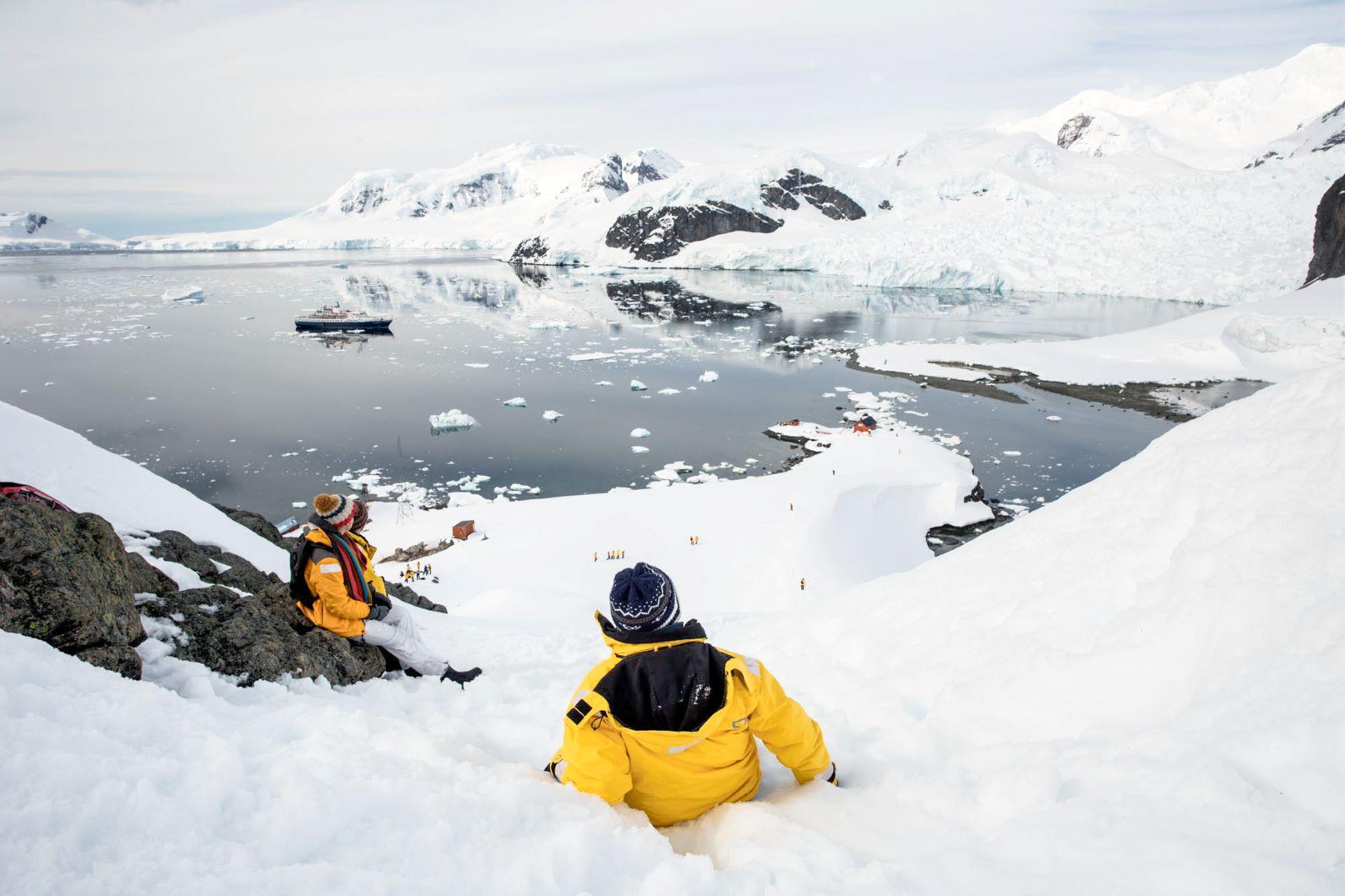 丘の上から南極の景色を望む
