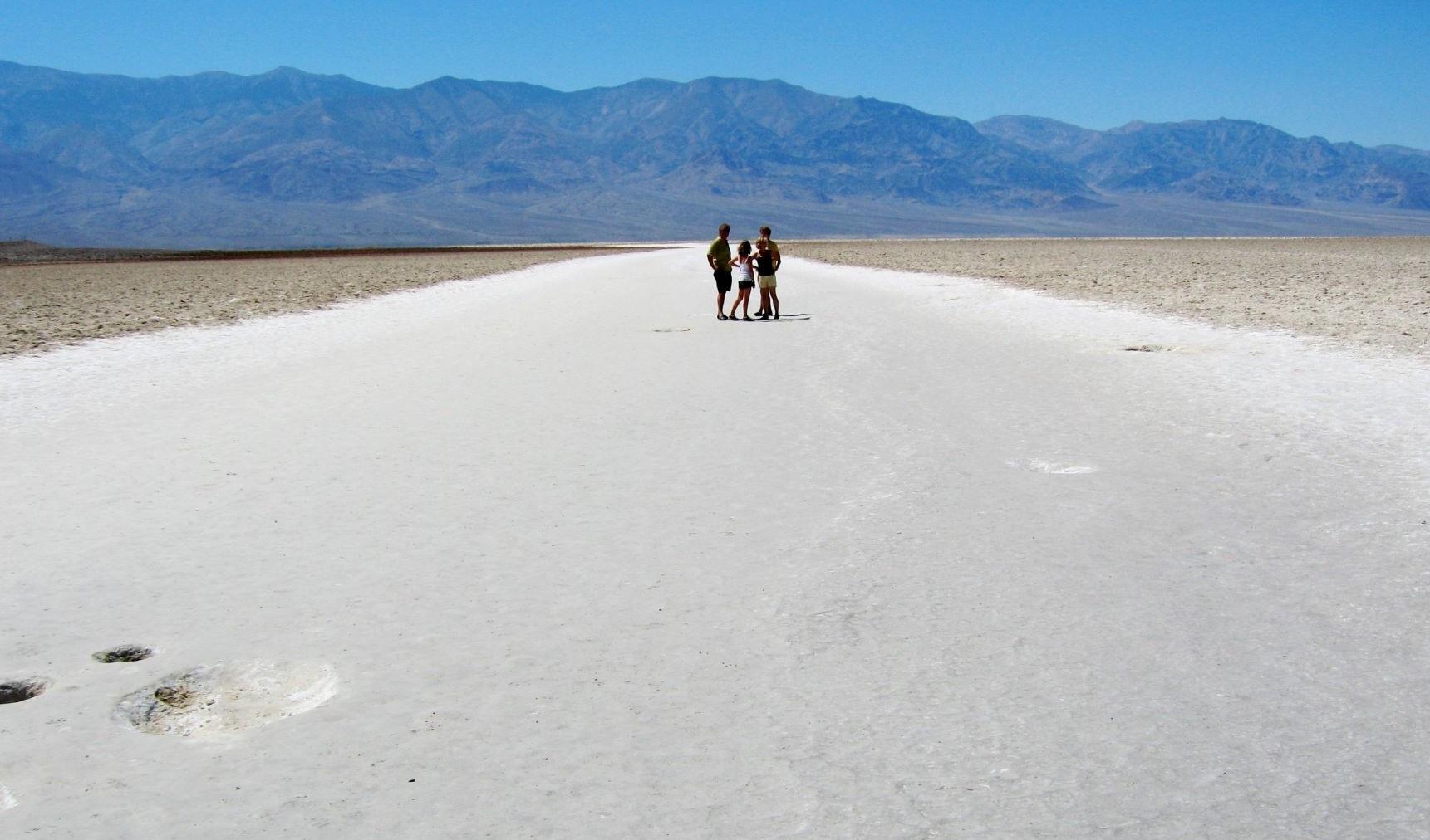 一面に塩の大地が広がるバッドウォーター