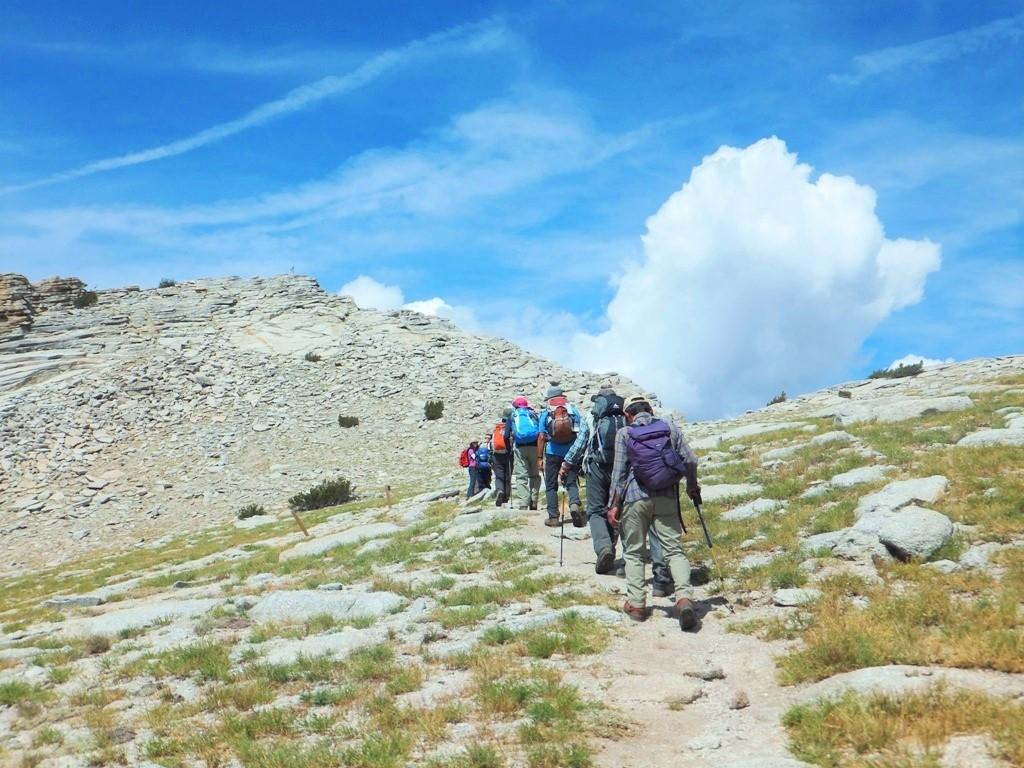 左手前方のガレ場を越えればいよいよMt.ホフマン頂上(3,307m)に到達。頂上からは雄大な景色が広がる(2日目)