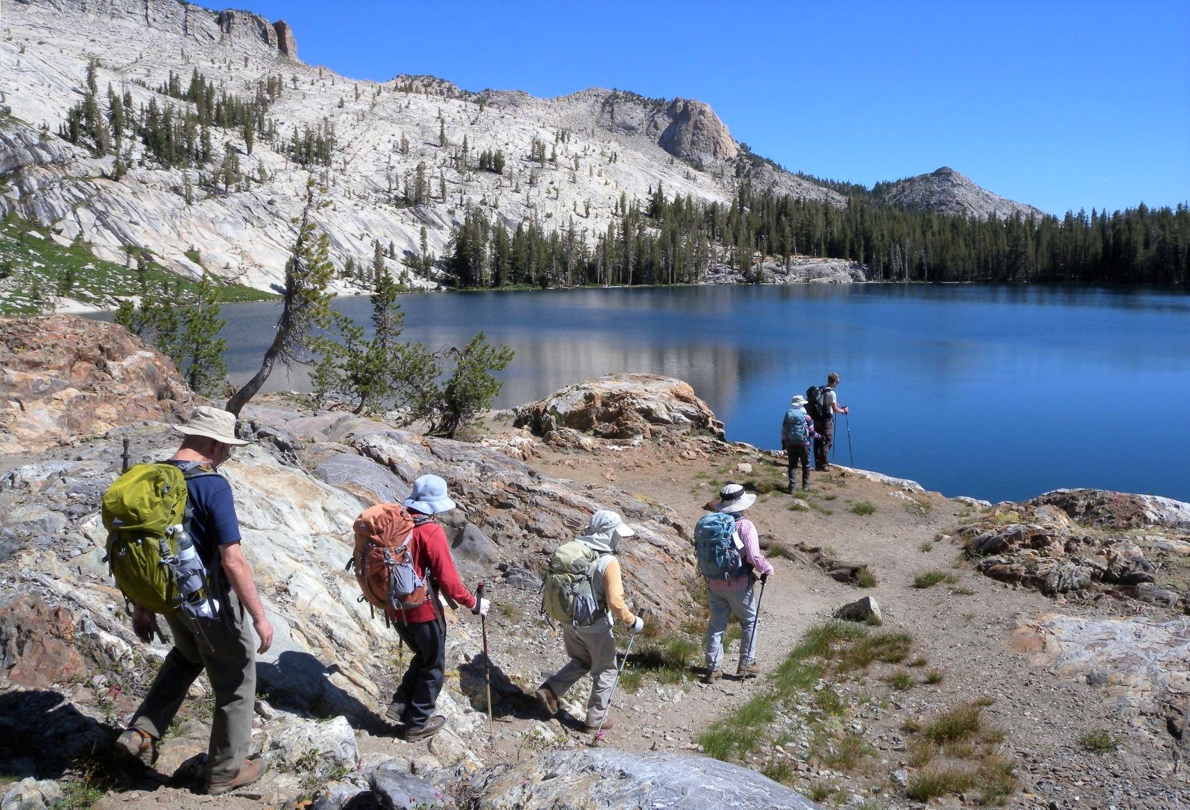 美しい山上の湖をめぐり変化に富んだトレイルを歩く