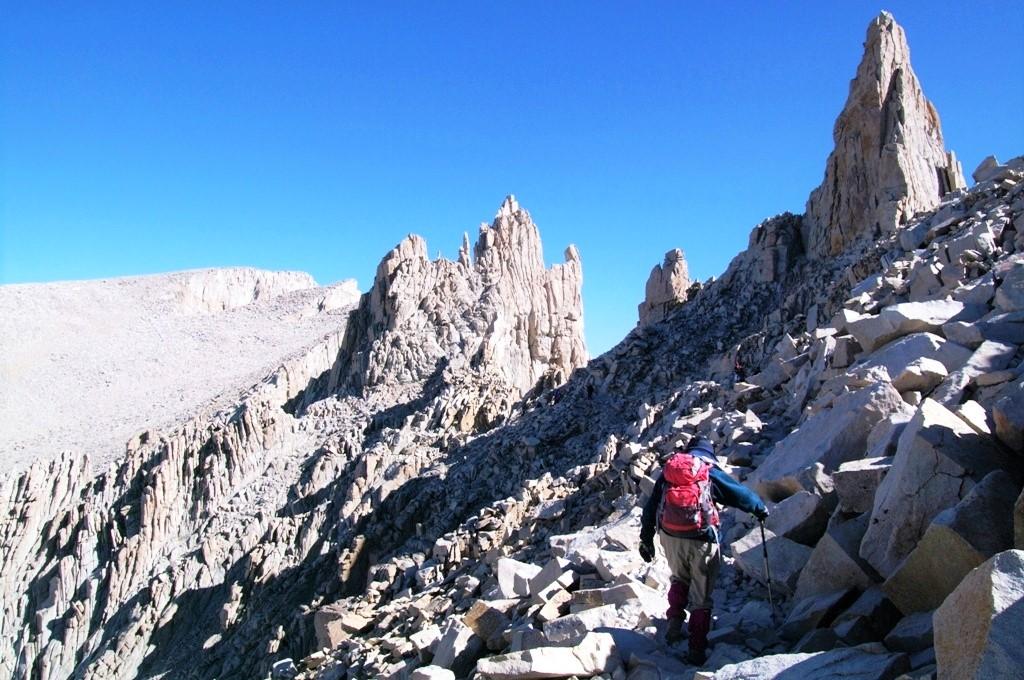 米国本土最高峰Mt.ホイットニー山頂(4,418m)まで続く荒々しい稜線を行く(5日目)