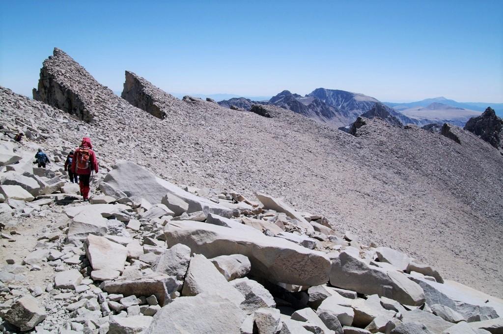 登頂後、意気揚々と下山。荒々しい岩峰群が連なる(5日目)