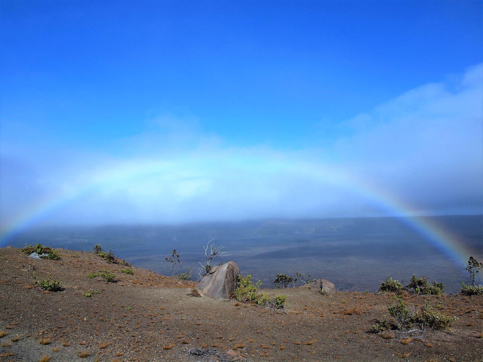 ハワイ火山国立公園のキラウエアイキ火口に現れた幻想的な虹(3日目)