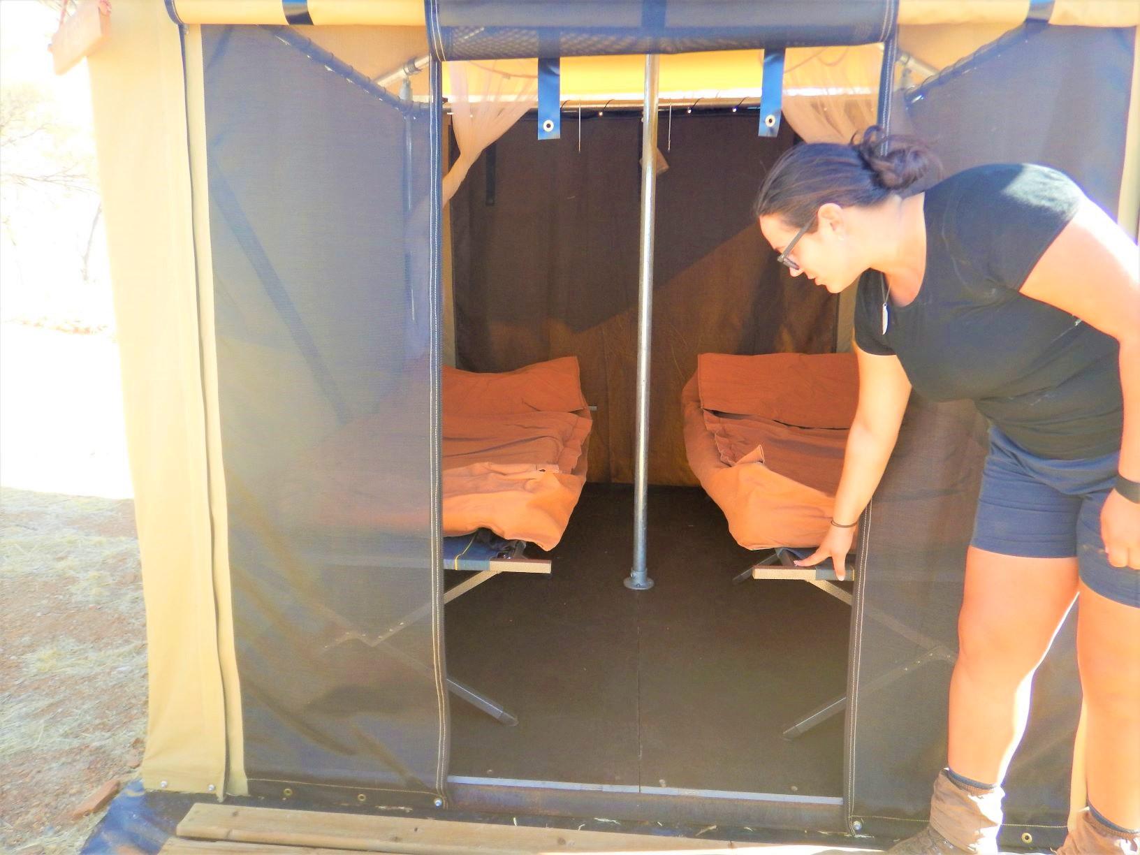 テント内には簡易ベッドがあります