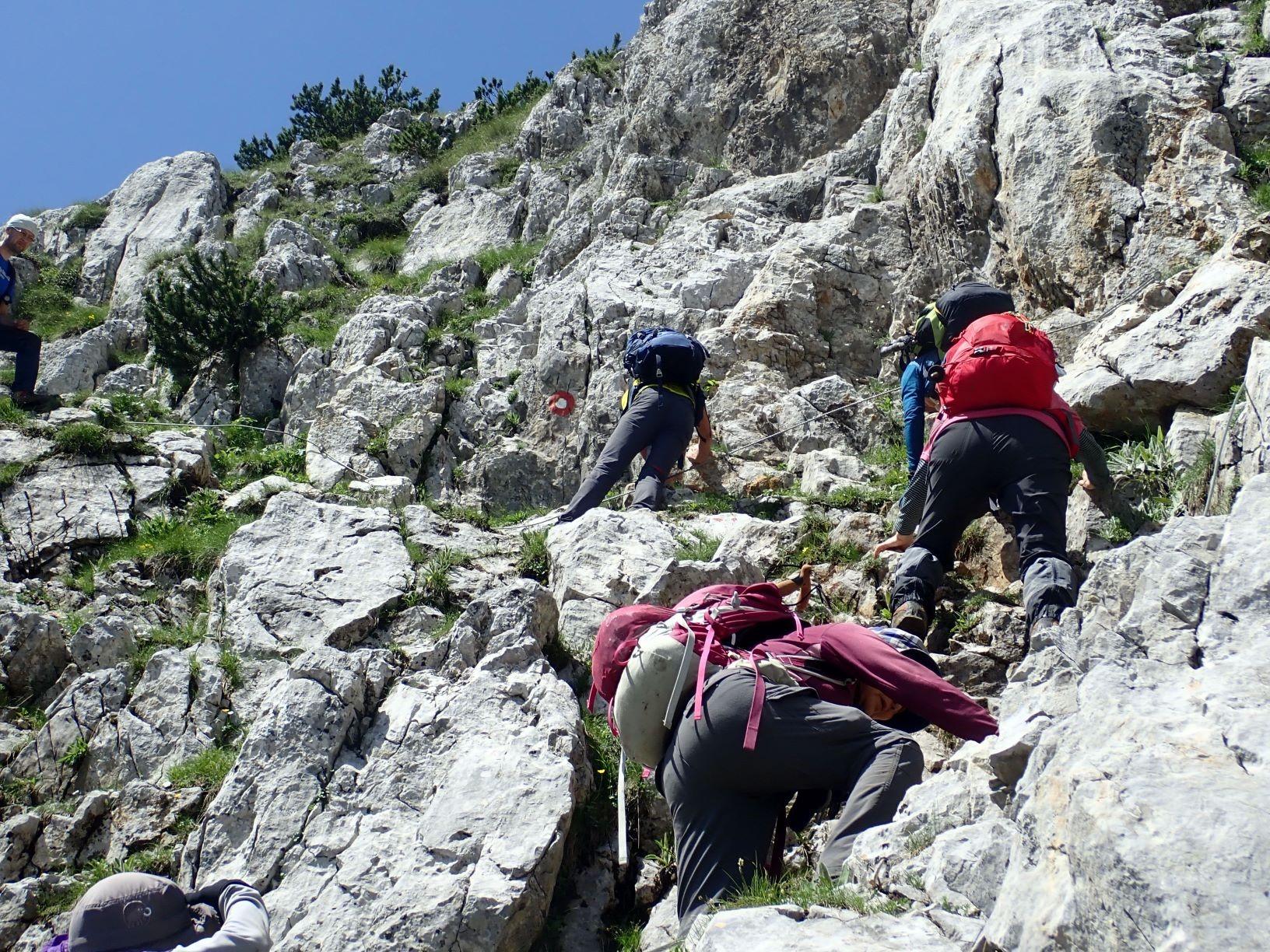 ワイヤーのつけられた急峻な岩場を稜線へ(6日目)