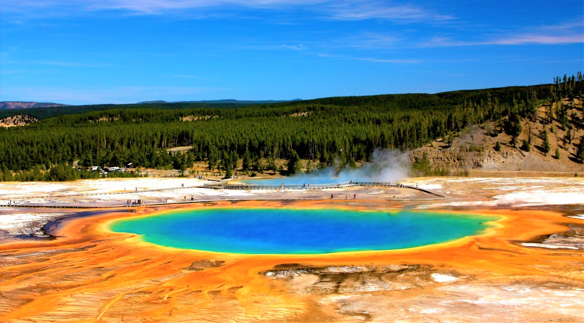 """イエローストーン国立公園では最大の温泉プール""""グランドプリズマティック""""を見下ろす展望地へ"""