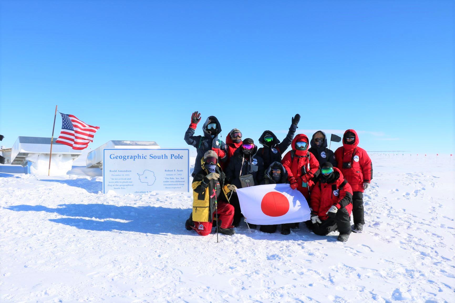 地理学上の南極点で記念撮影