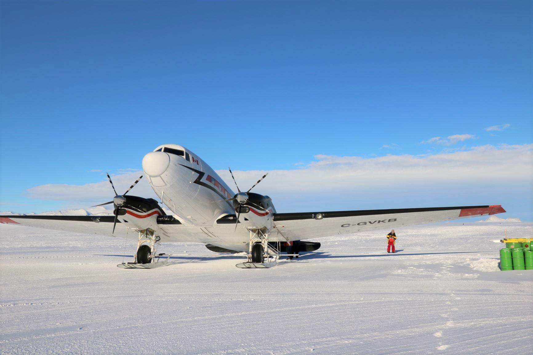 南極点へは小型軽飛行機で移動します