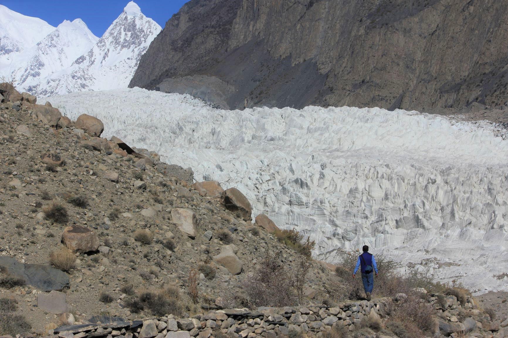 白い氷塔が乱立するパスー氷河