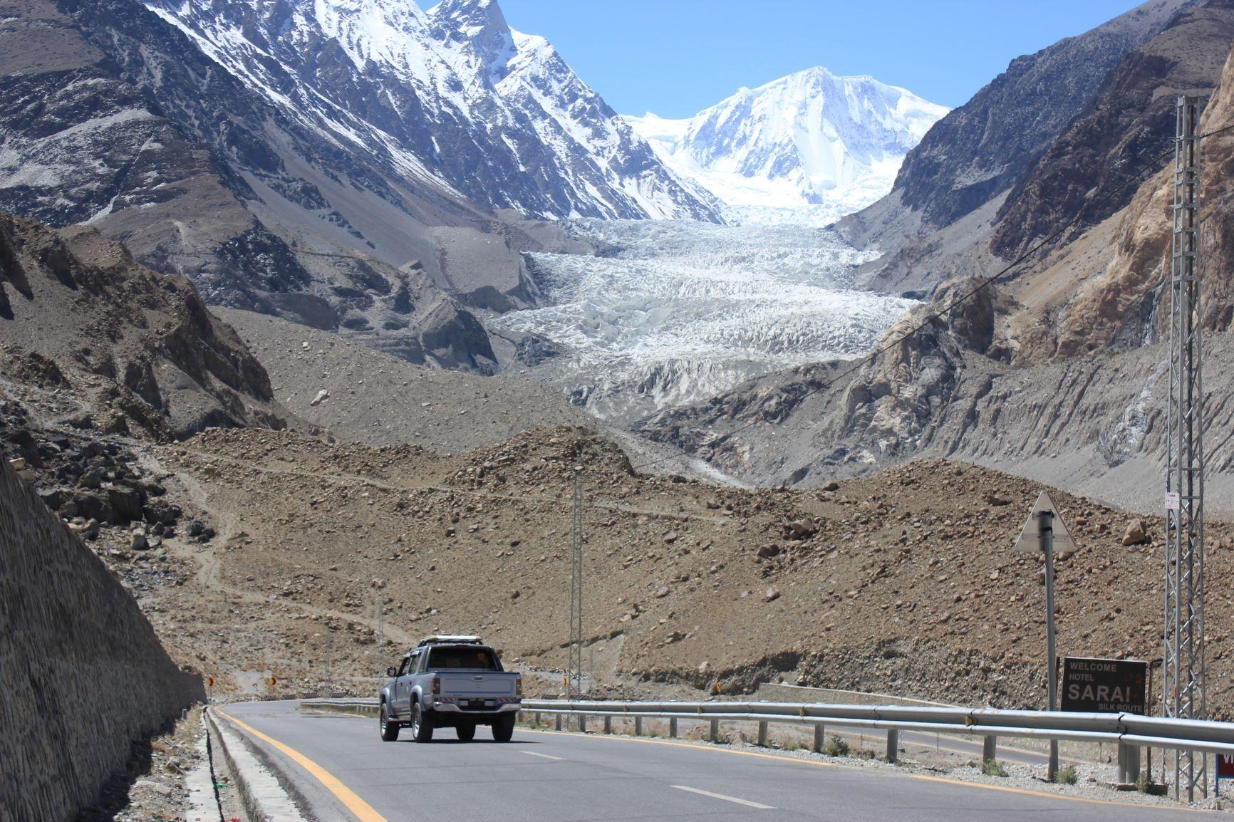 カラコルムハイウェイからのパスーピーク(7,478m)とパス−氷河(4日目)
