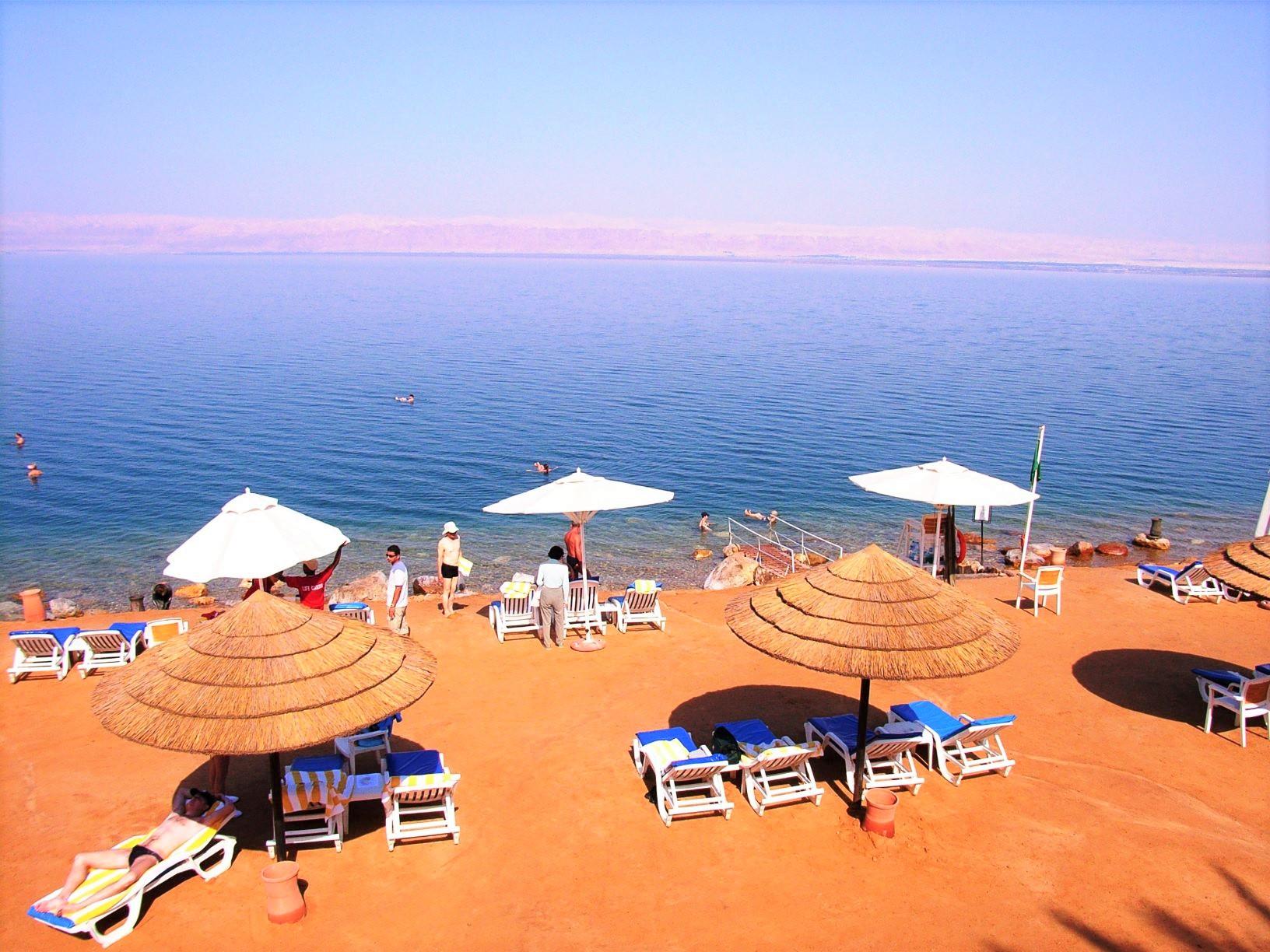 死海のビーチで楽しい浮遊体験(9日目)