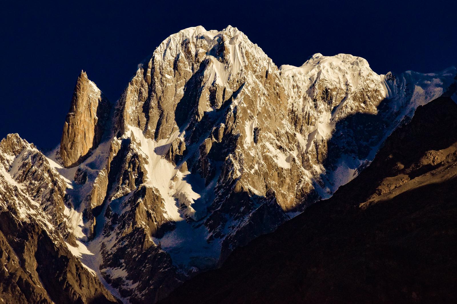 フンザ背後に聳えるフンザピーク(6,270m)とレディフィンガー(6,000m)の勇姿