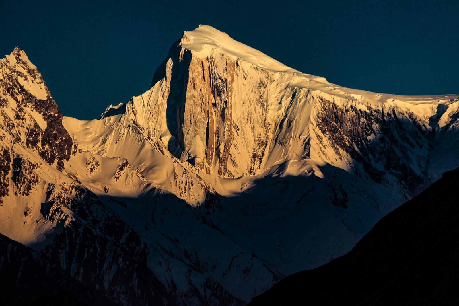 夕陽に染まるスパンティーク(7,027m)のゴールデンピラー(垂壁)