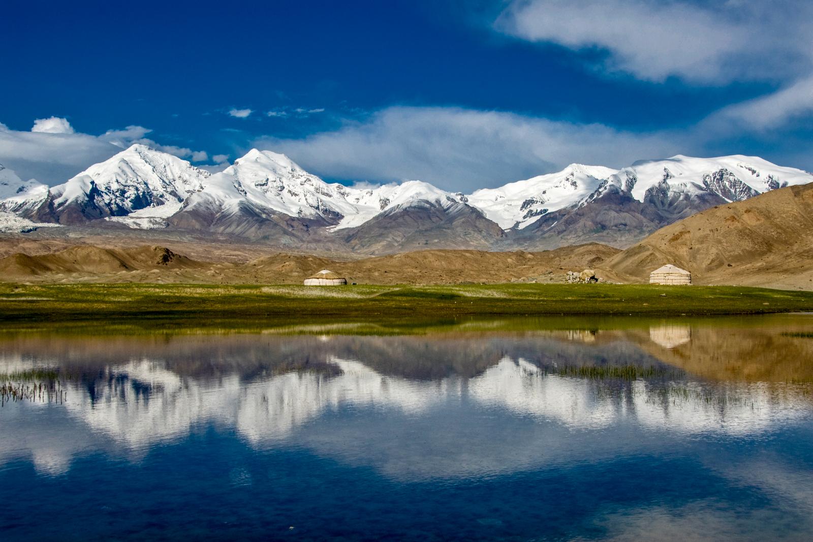 パミール高原のカラクリ湖周辺からは雄大な山岳風景が広がる