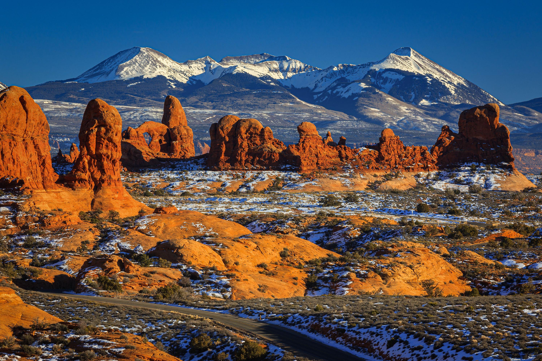 雄大な景色の中アーチーズ国立公園を行く