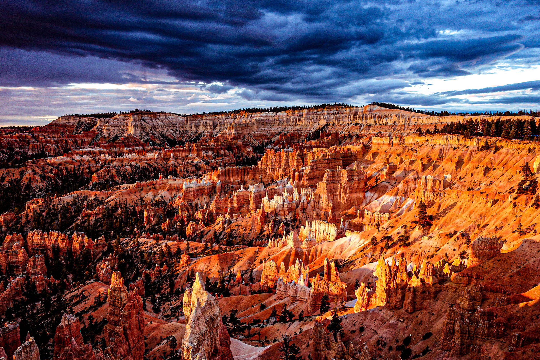 ブライスキャニオンの奇峰群が朝陽に染まり見事なグラデーションを描く