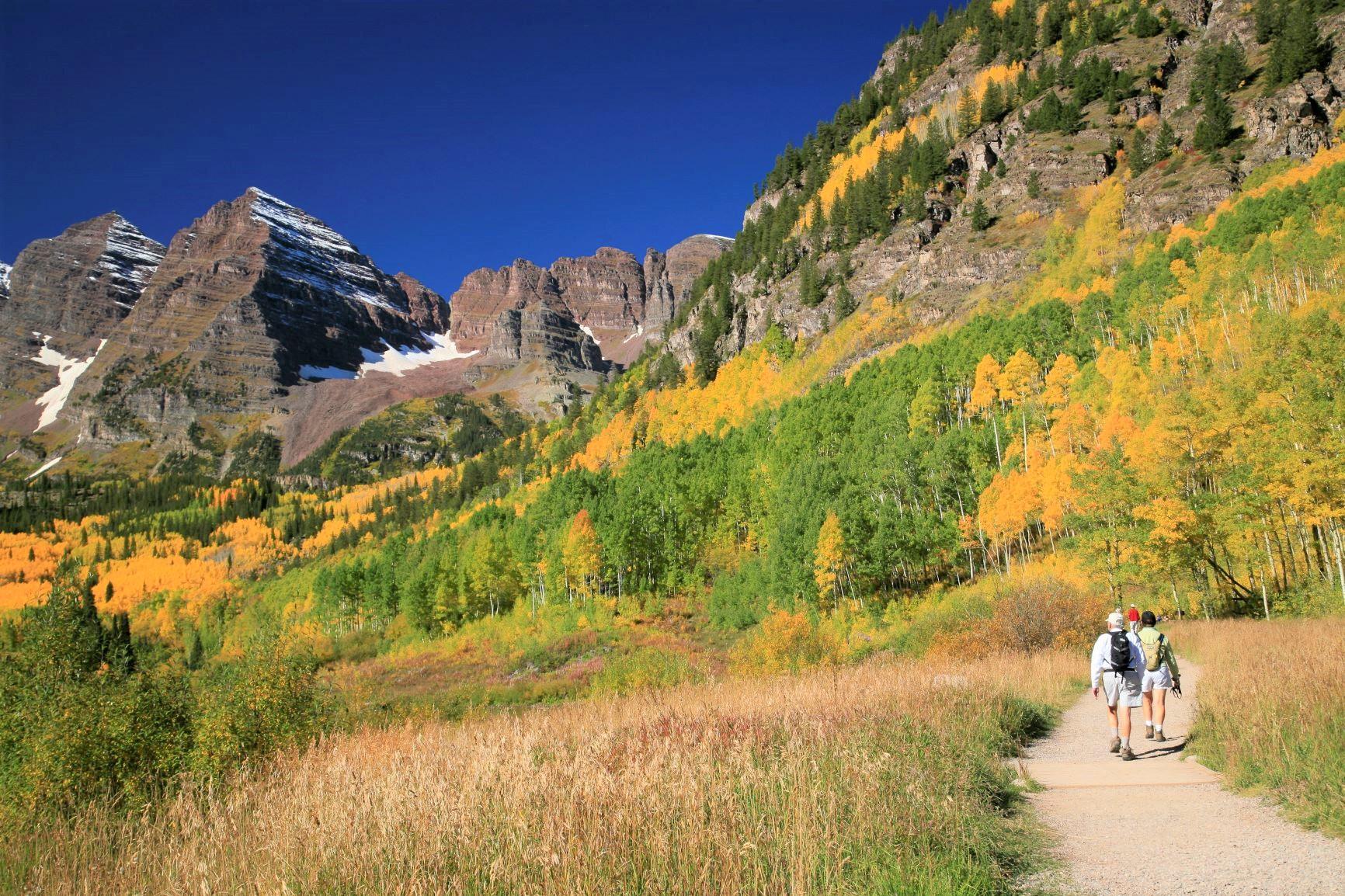 秋、山々が徐々に秋色に染まり始める、ハイキングのベストシーズンを迎える