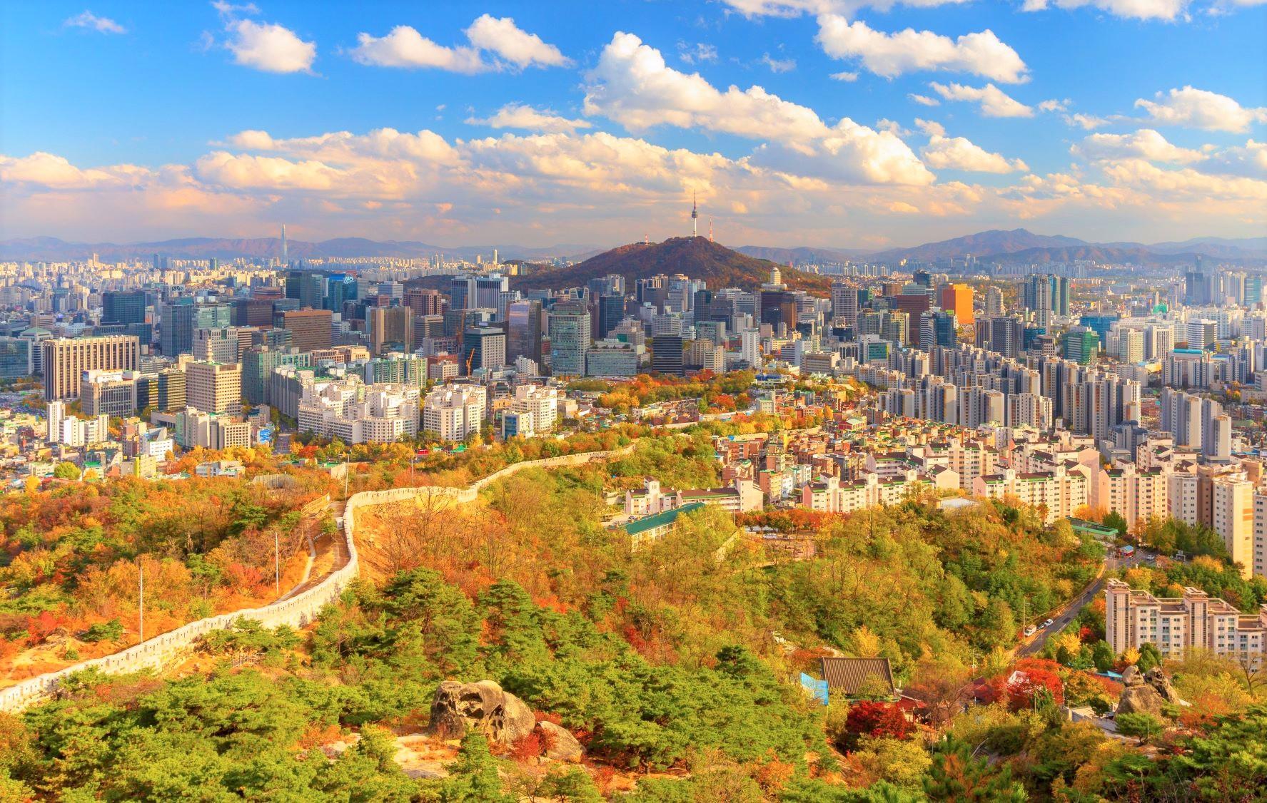 秋色に染まる仁王山の展望台からの望むソウルの街並み(3日目)