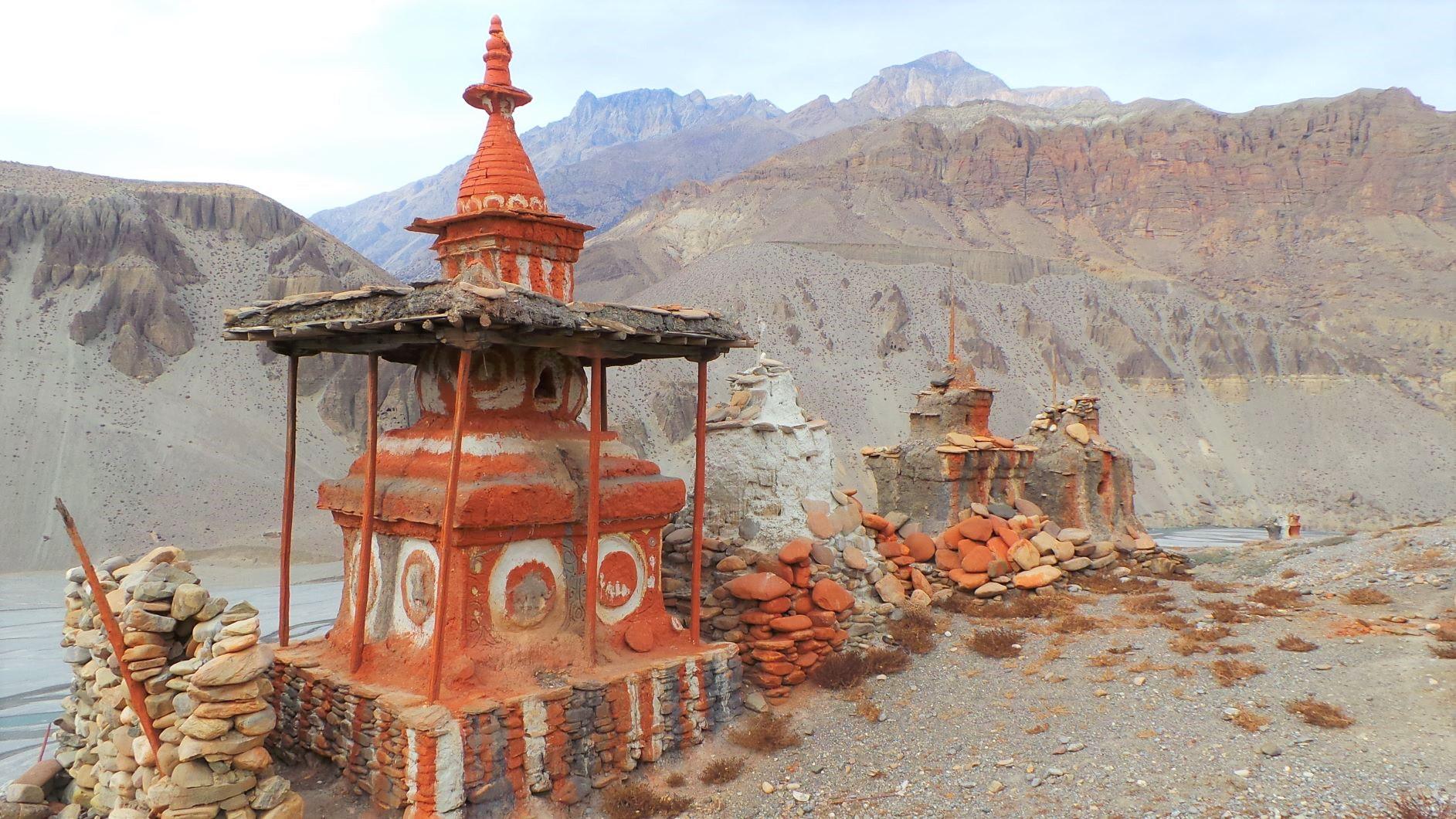 ローマンタンへの途上のチョルテン(仏塔)