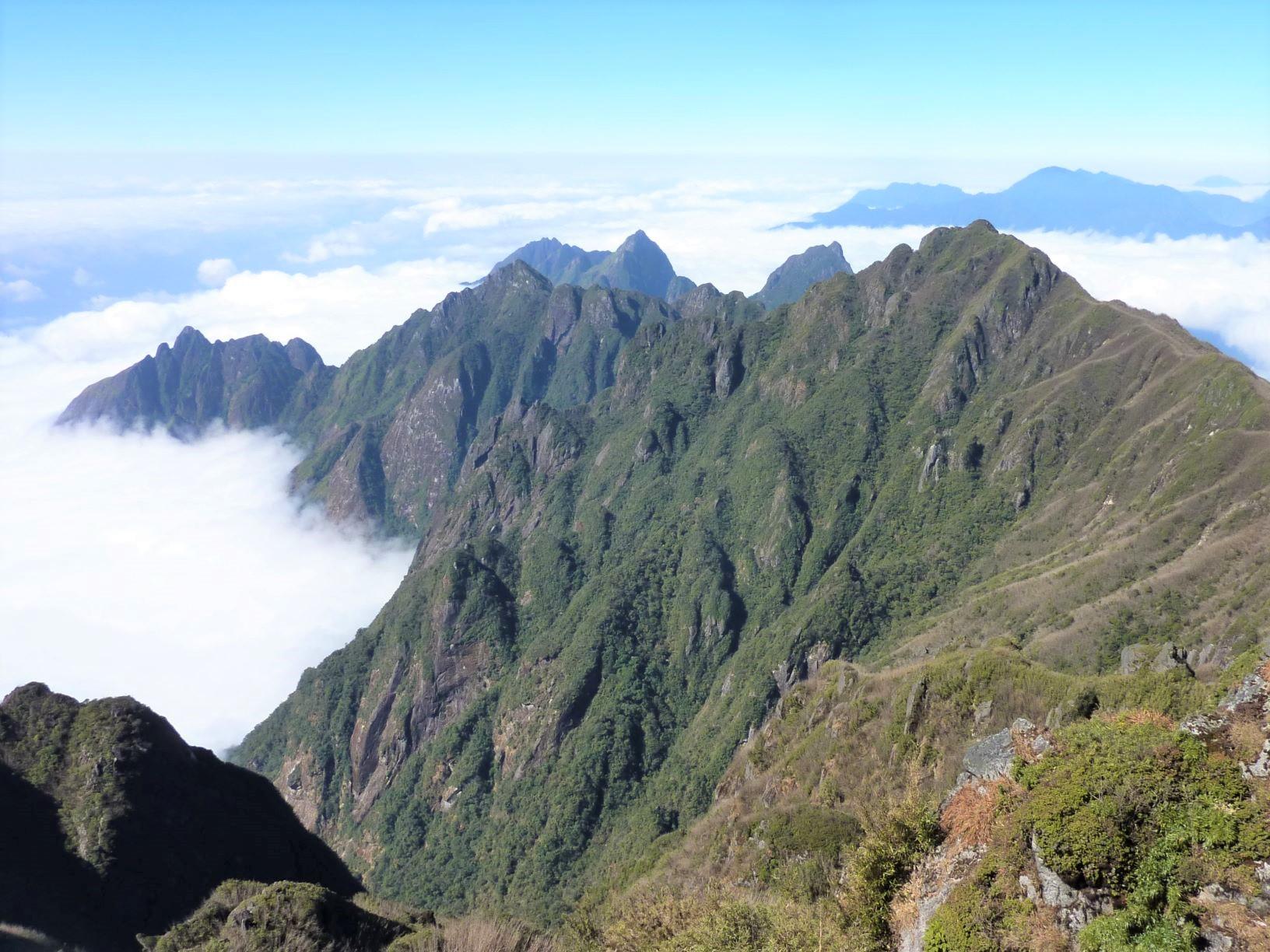 ベトナム最高峰ファンシーパン(3,143m)の山頂から望む雄大な景色(3日目)