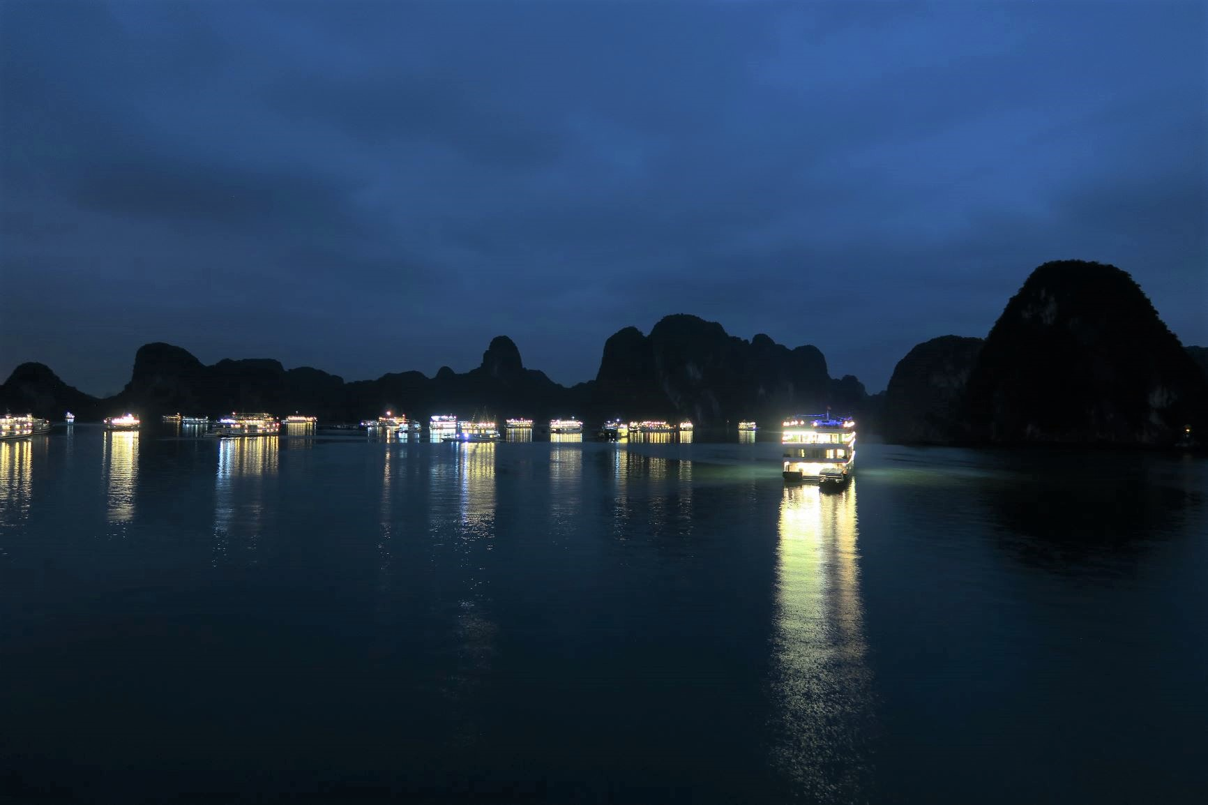 灯りとともにクルーズ船が浮かびあがる幻想的な夜のハロン湾(4日目)