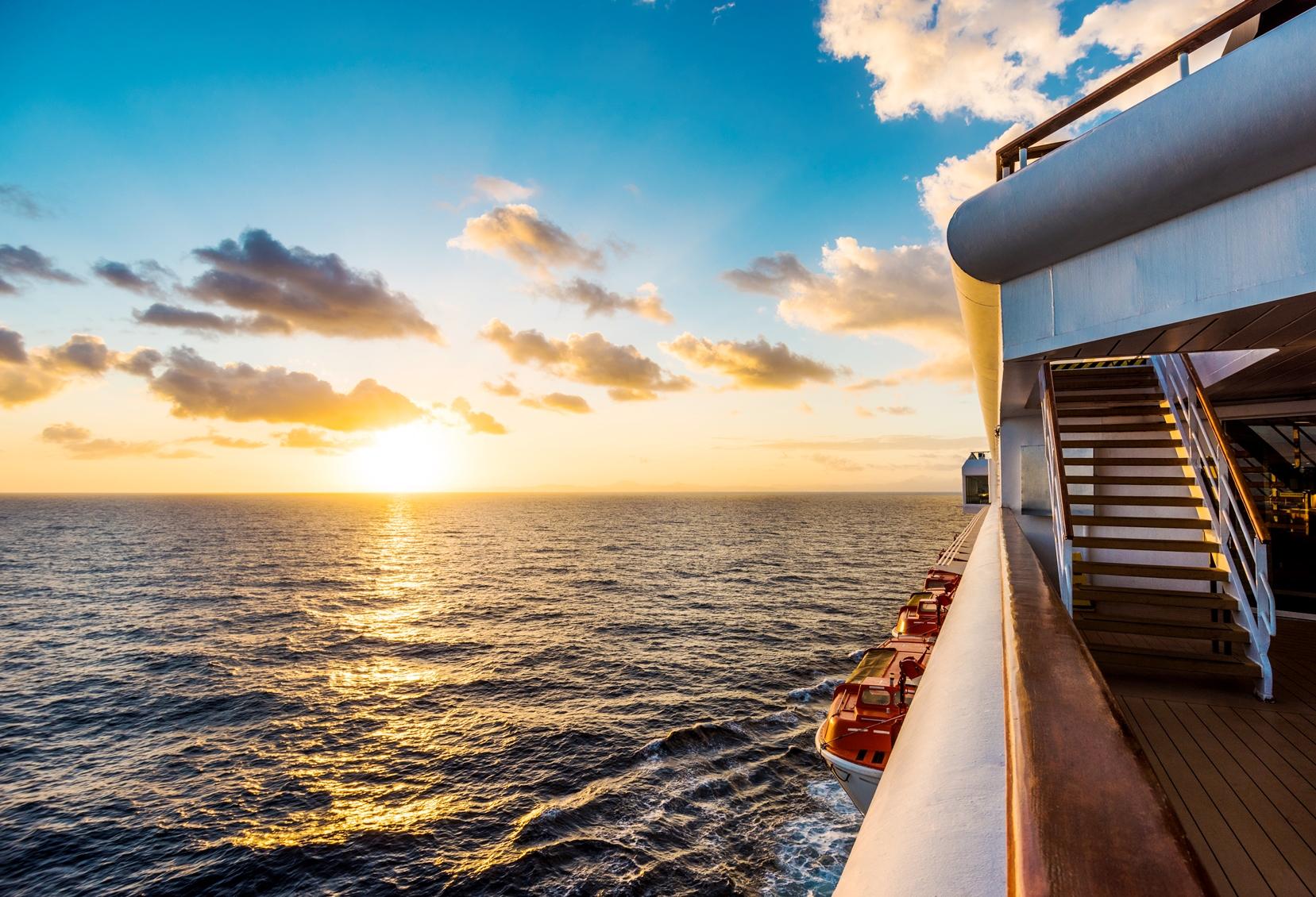 大西洋で眺める夕陽、何もしない時間も船旅の楽しみ