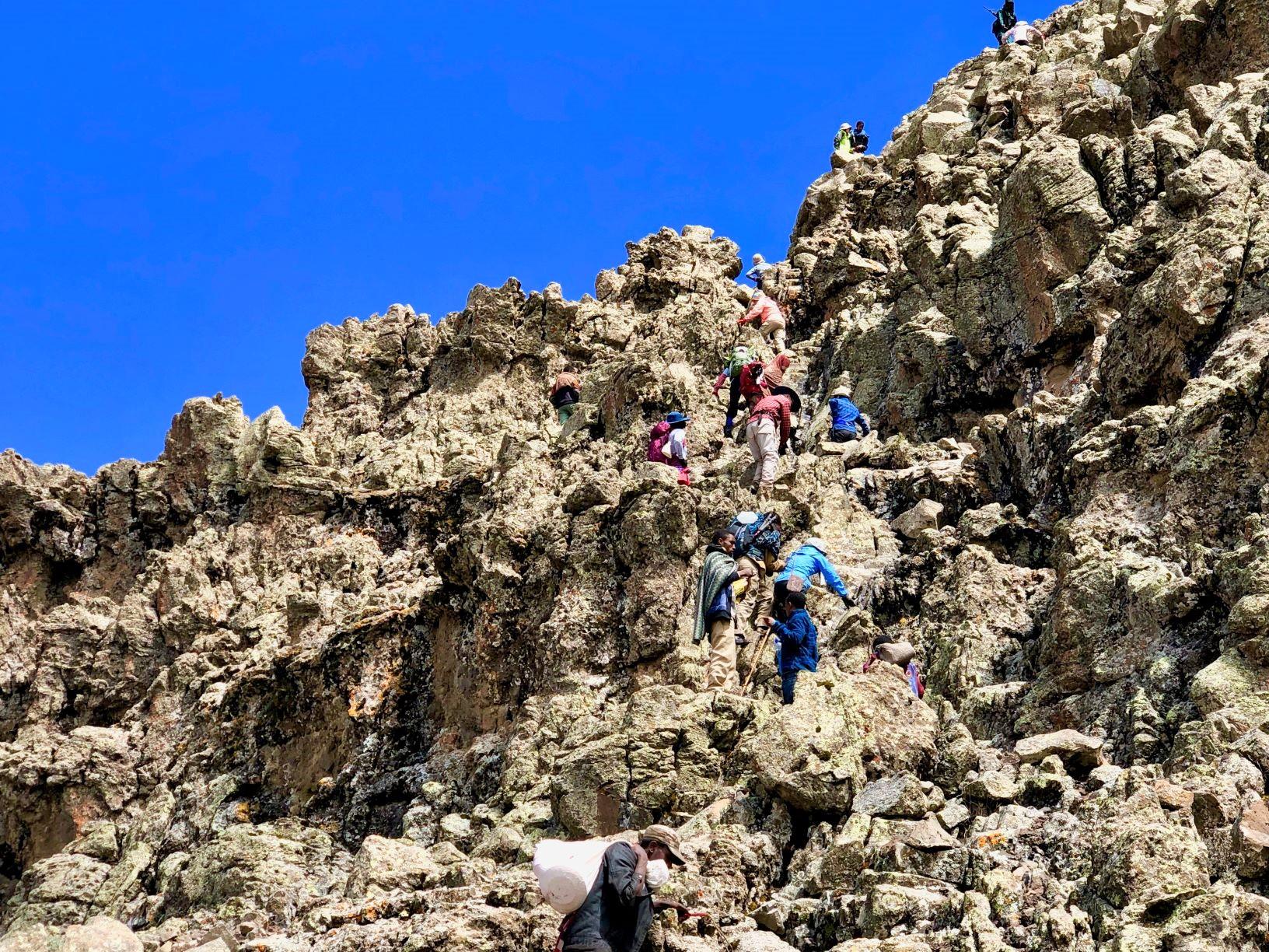 ラスダシャン頂上直下の岩場を行く(5日目)