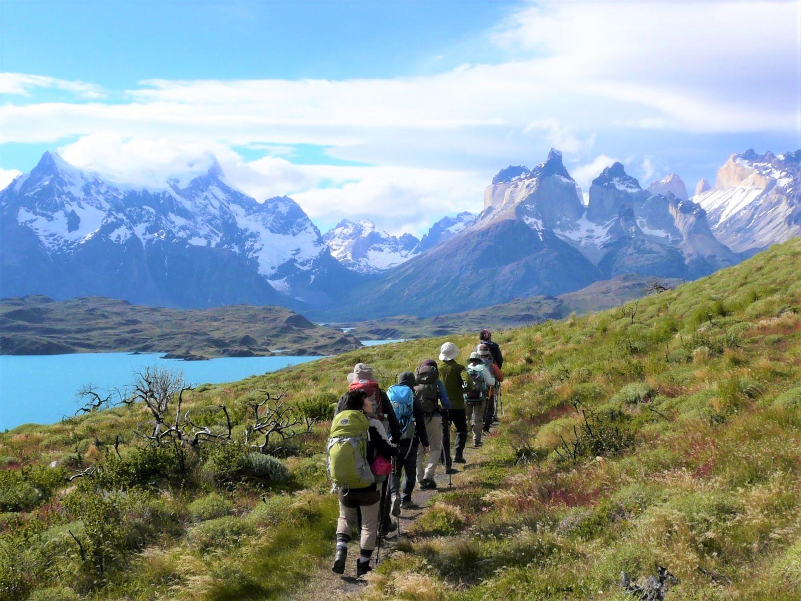 パイネ山群をパノラマを一望にするペオエ湖畔のハイキング(3日目)