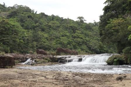 約200mに渡って小さな滝が何段も続くカンピレーの滝