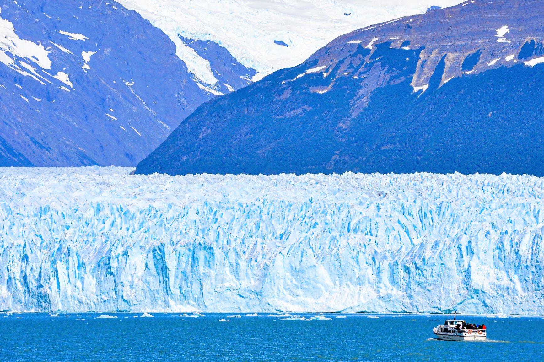 圧倒的スケールのペリト・モレノ氷河を眼前にクルーズを楽しむ