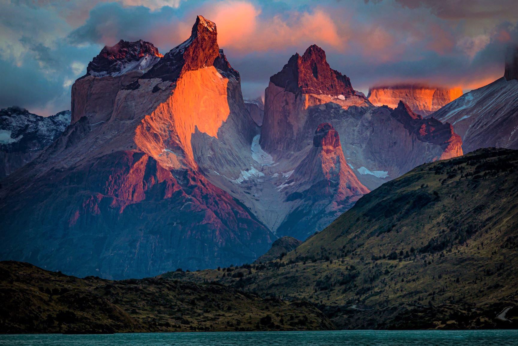 朝陽に染まる芸術的な山容のクエルノ・デル・パイネ