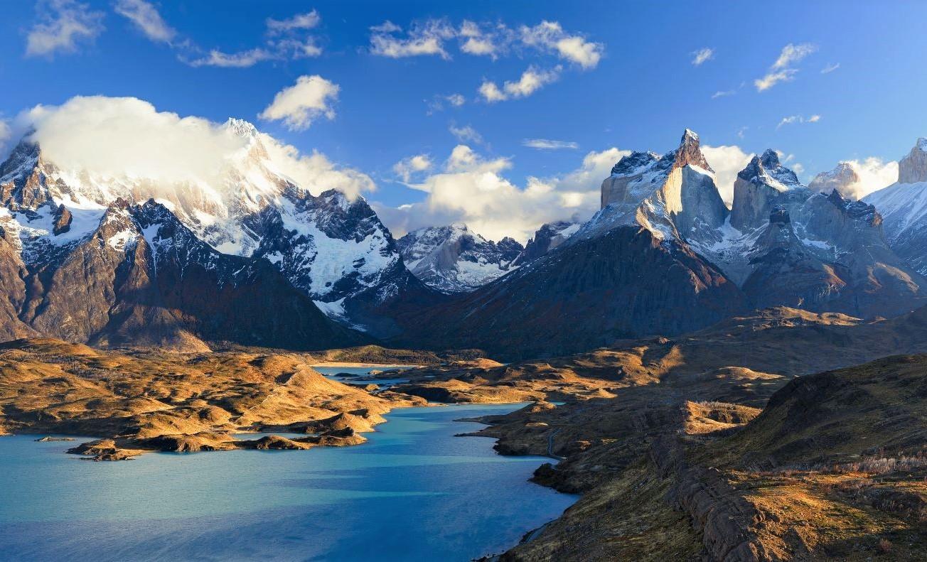 氷河湖が点在し、壮大なスケールを誇るパイネ山群を専用車を駆使しながら各所で撮影を楽しむ