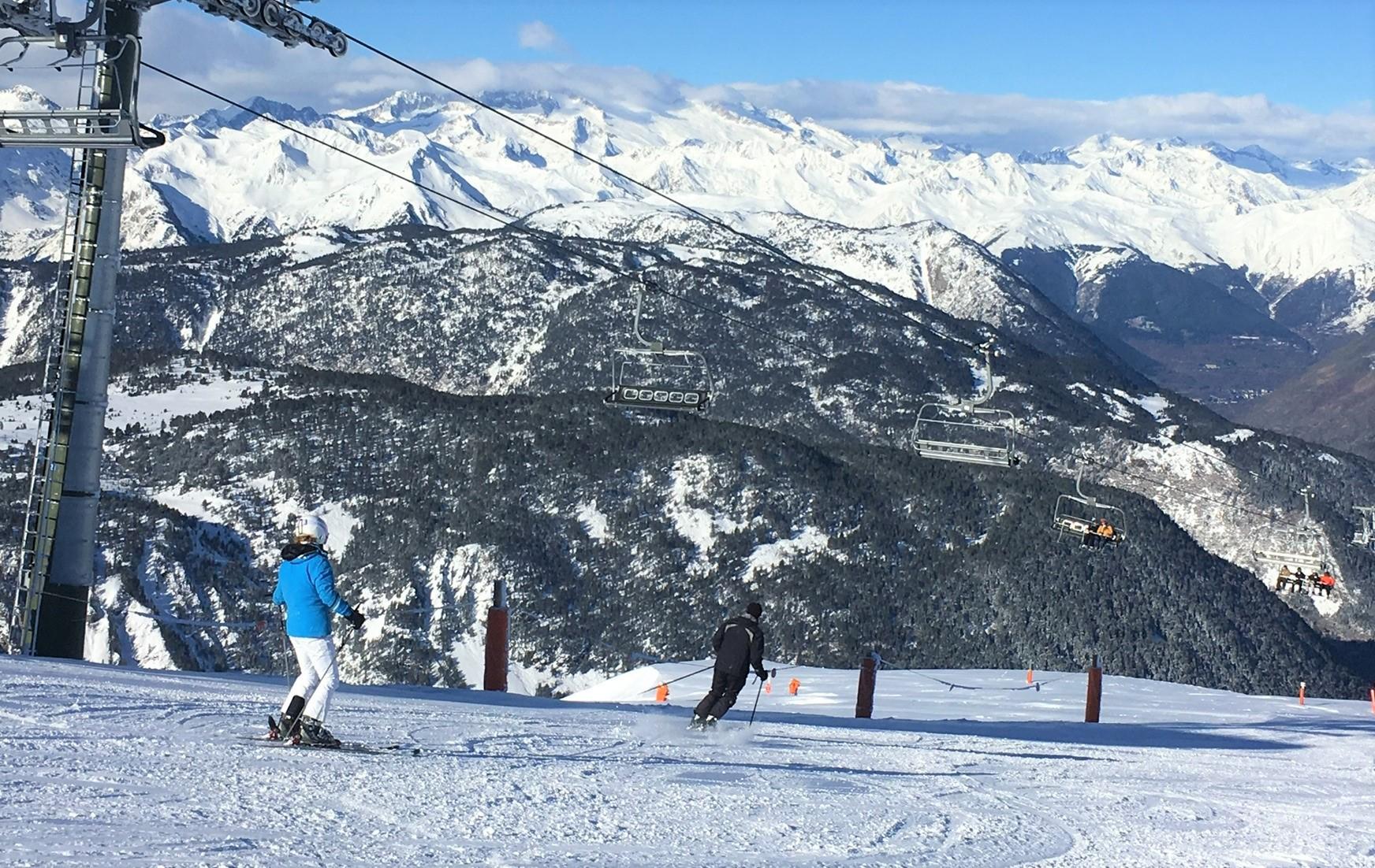 圧雪の利いた中級斜面のオープンスロープを滑り放題