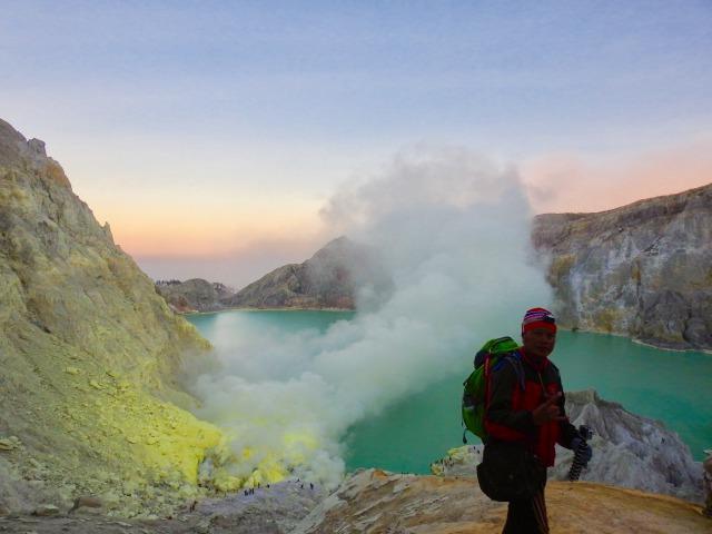 イジェン山頂上の火口湖
