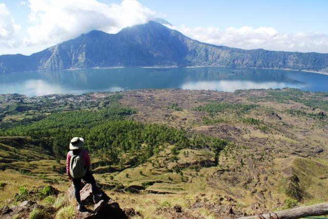 雄大な景色が広がるバトゥール山、雲に覆われた奥の山がアグン山