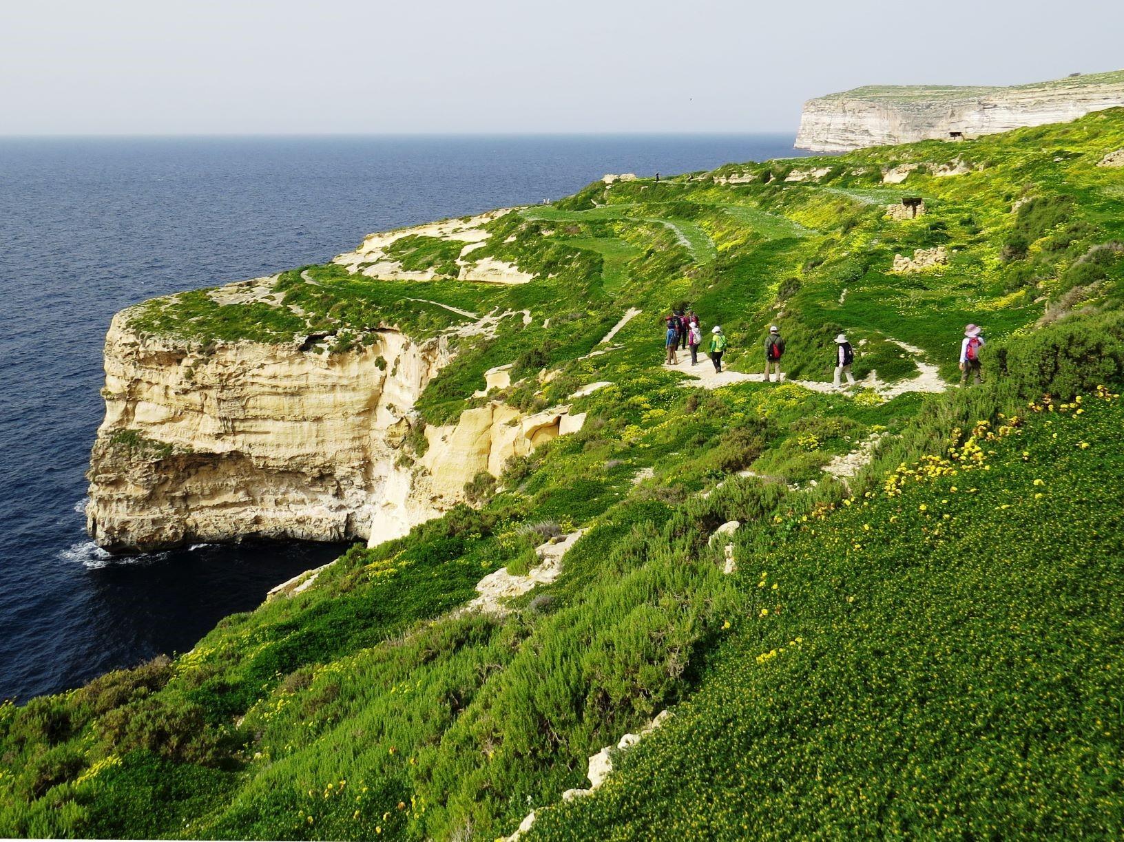 ゴゾ島の南海岸を歩く。白い石灰岩の断崖を持つ海岸線がマルタ諸島の特徴(6日目)