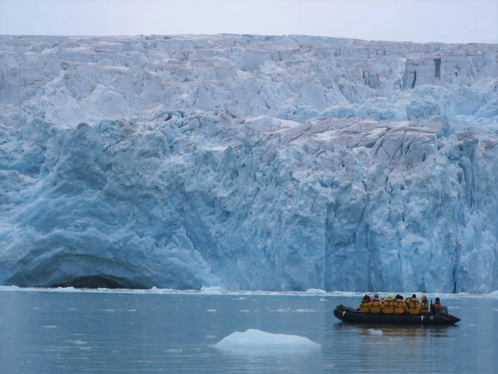 ゾディアックボートで氷河の舌端に接近