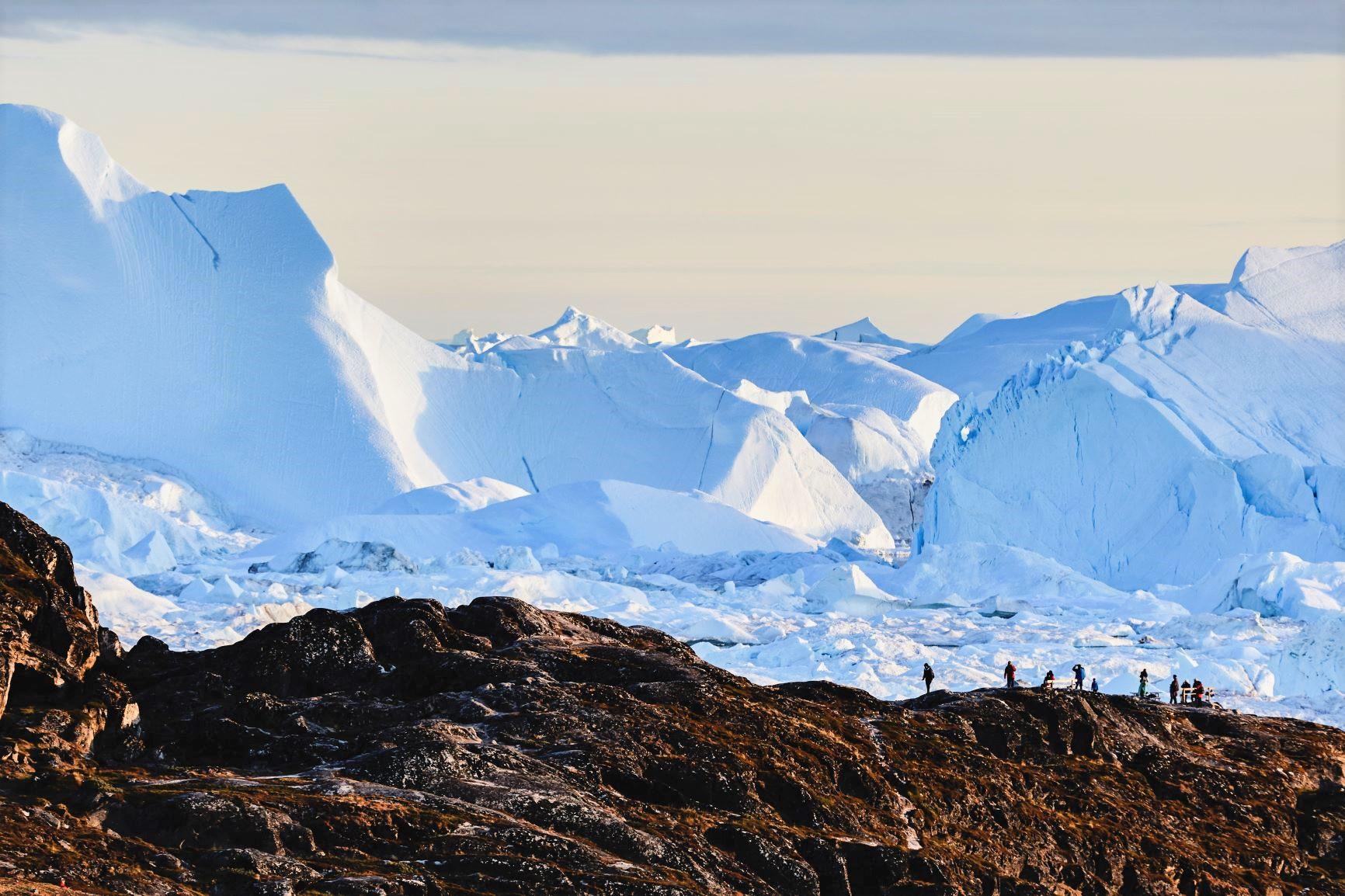雄大な氷山を間近に望む