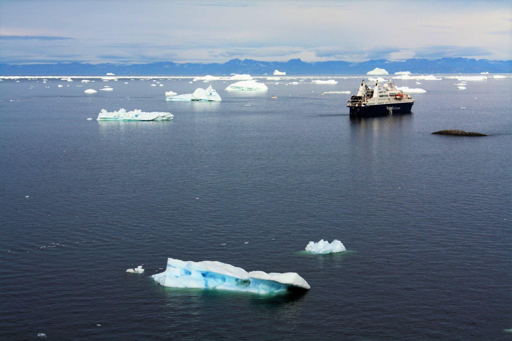 耐氷船をベースにグリーランド西部をめぐる