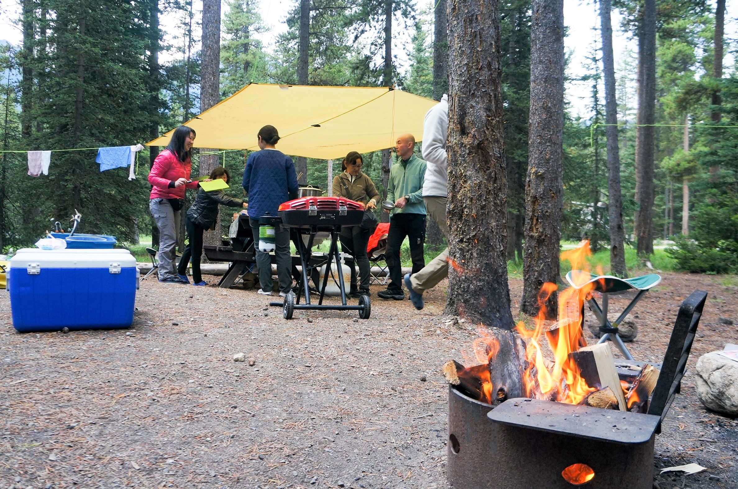 焚火を囲んでユーコンでのキャンプを満喫