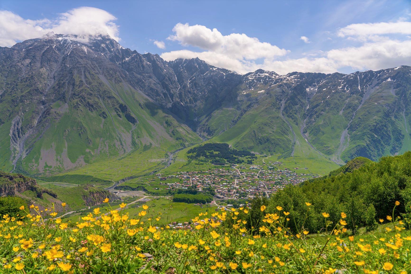 カズベキ村上部から村を見下ろす