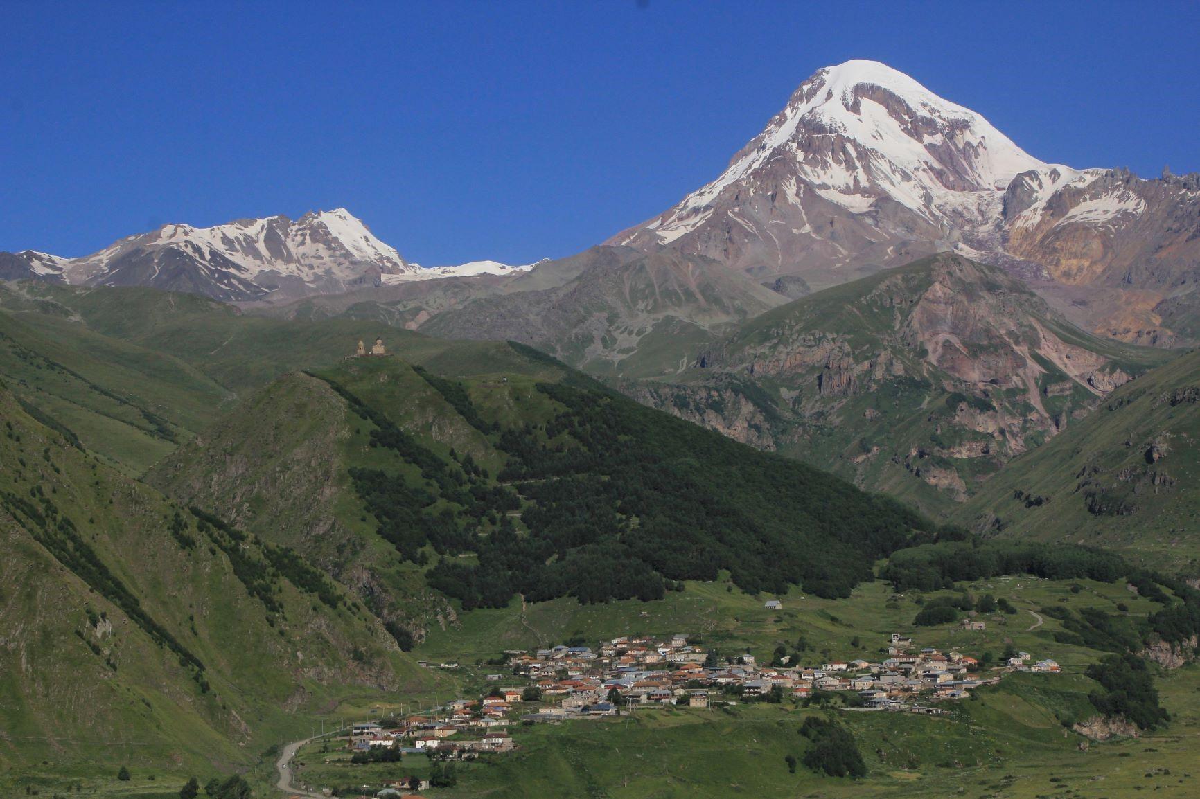 ガズベキ村からのガズベキ峰(5,033m)