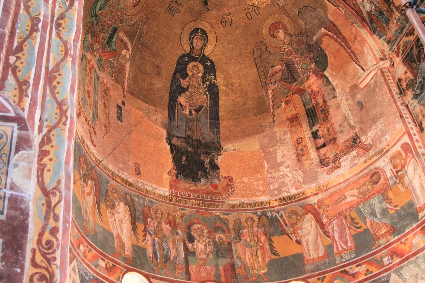 教会内部の美しいフレスコ画