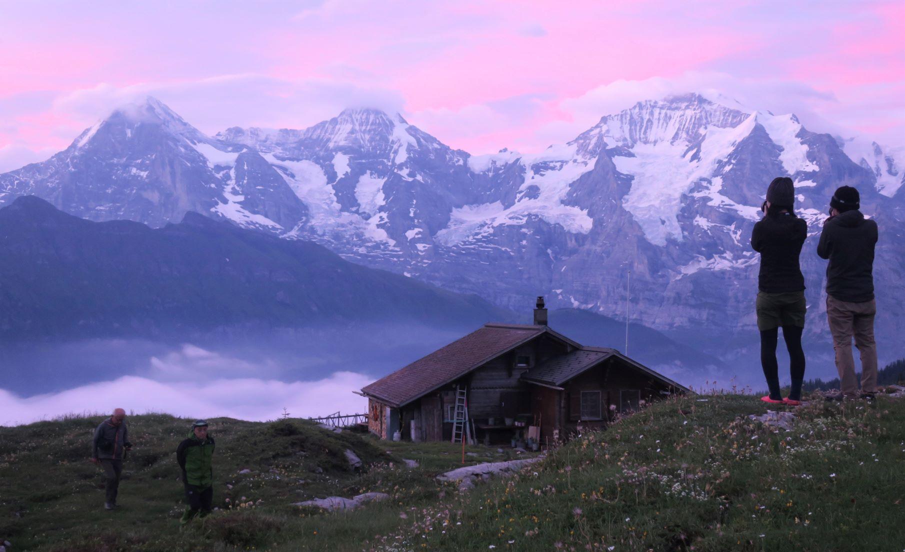 朝を迎えたベルナー・オーバーラント三山とロープホルン小屋(4日目)