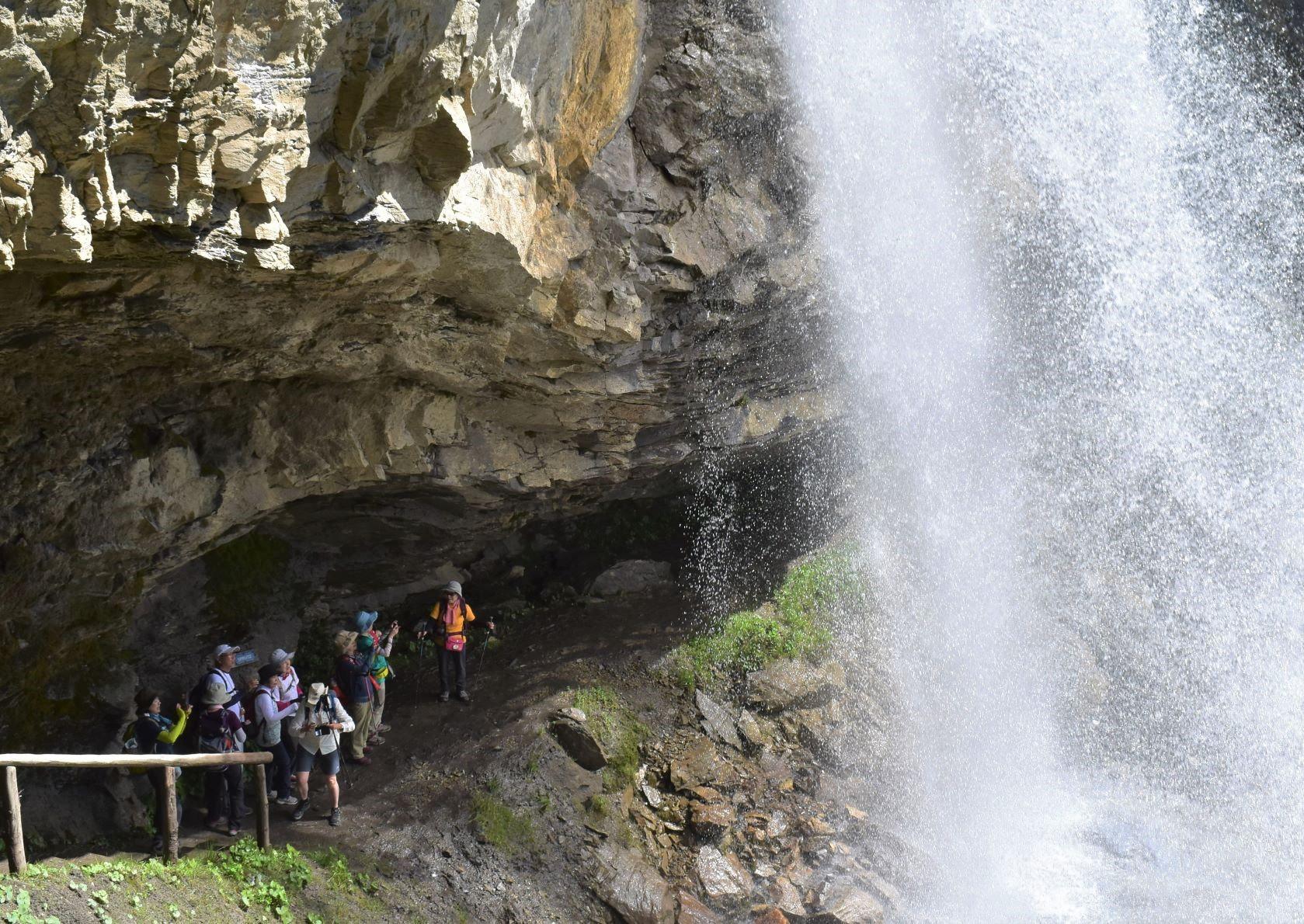 滝の後ろを歩いて冒険気分(2日目)