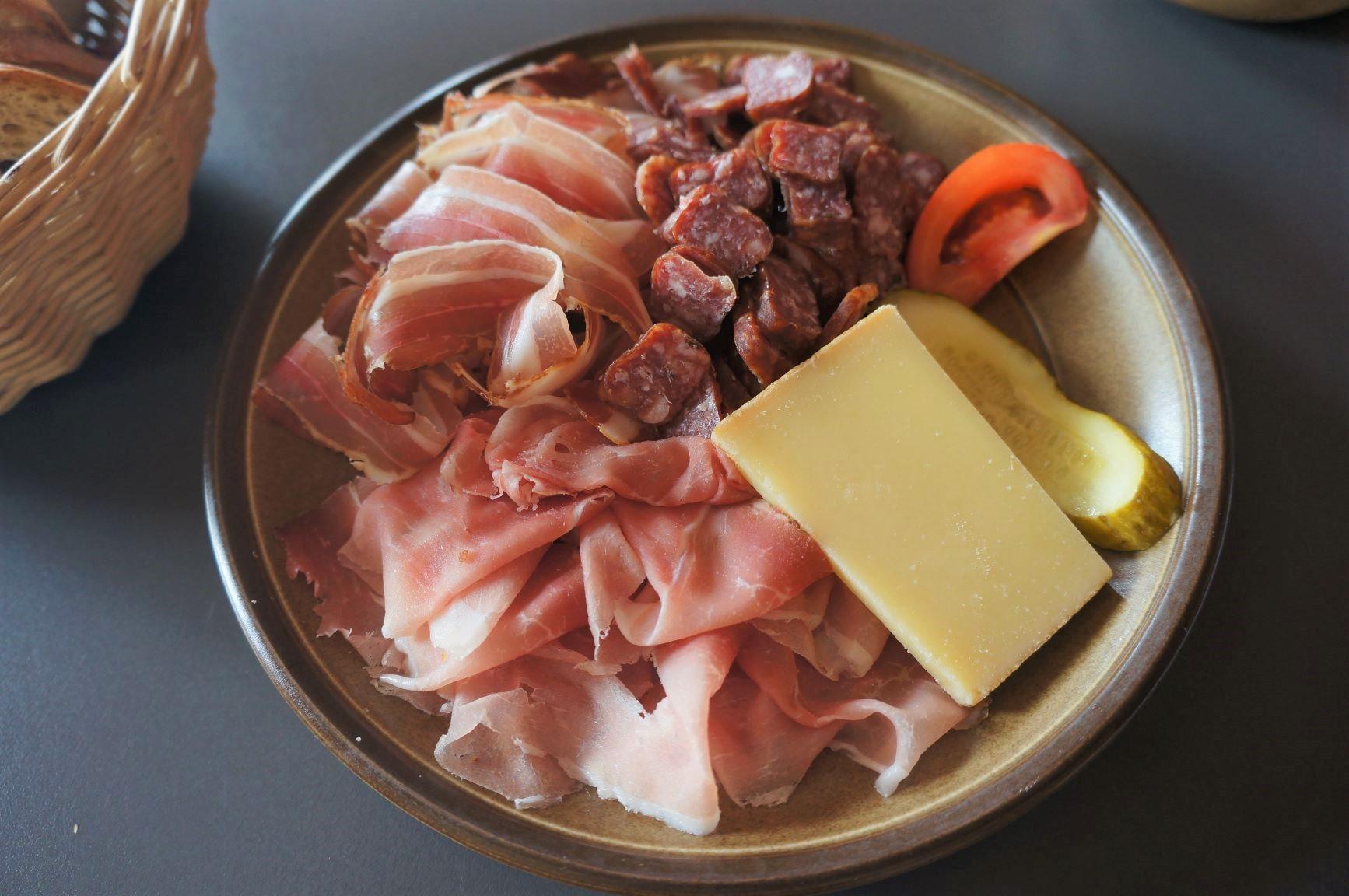 地元のチーズやハムも美味