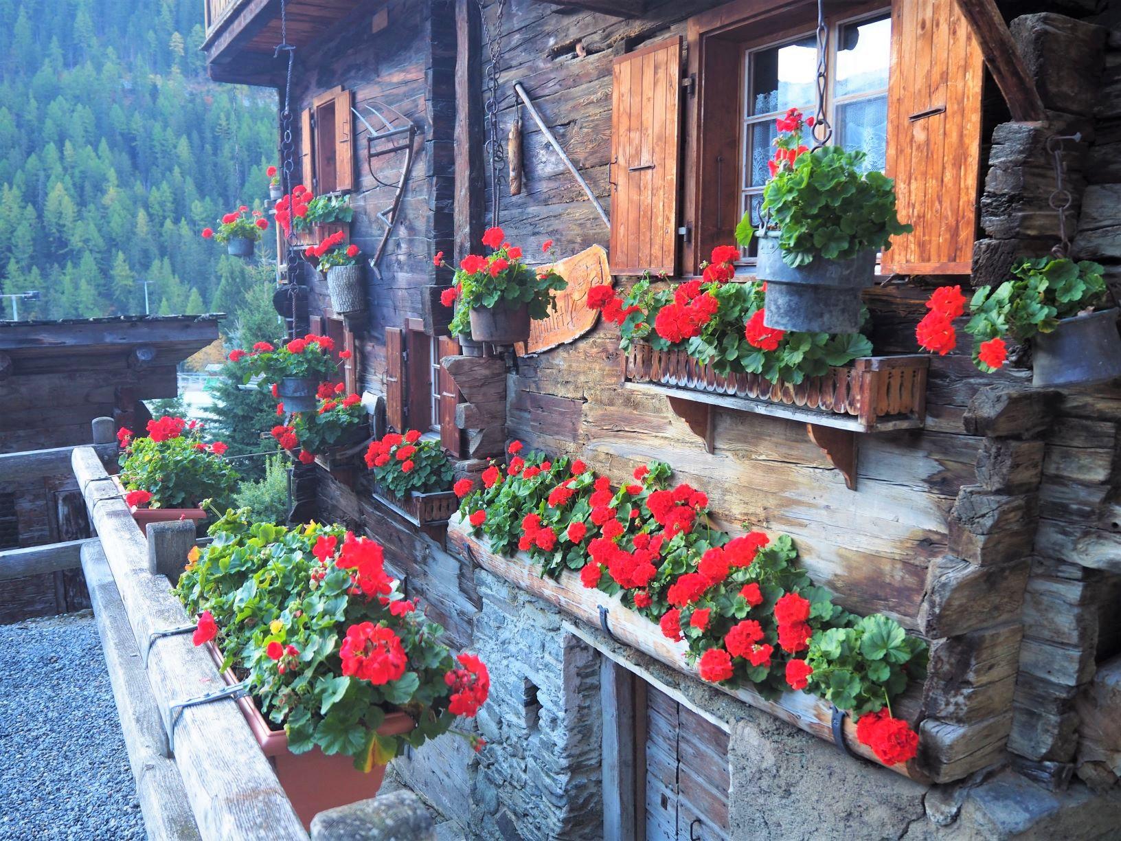 花であふれるグリメンツの家並み